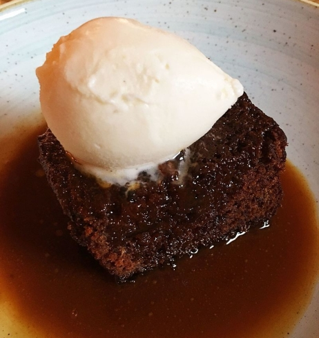 Sticky_toffee_pudding_at_the_Black_Swan_-_Stierch
